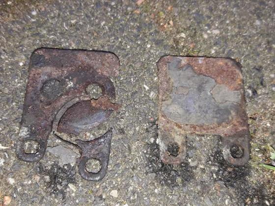 Hinterer Bremssattel / Bremsbeläge